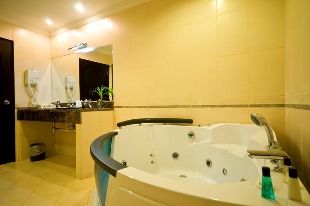 Golden View Hotel Batam Package Suite Toilet